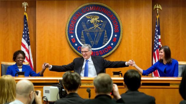 Předseda FCC Tom Wheeler oznamuje rozhodnutí o síťové neutralitě